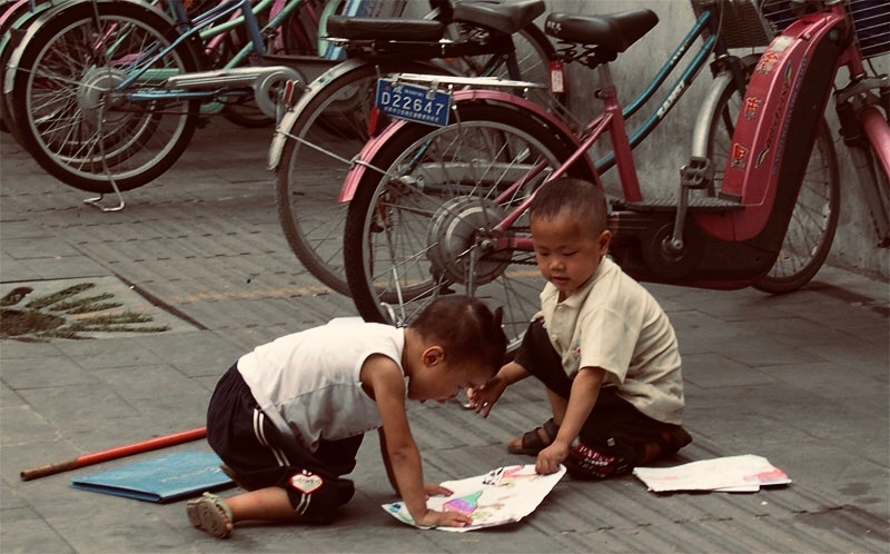 Chengdu kids comparing drawing